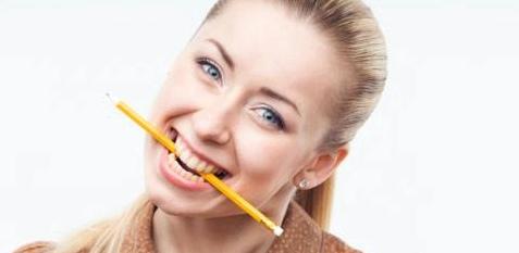 Frau beißt auf Bleistift