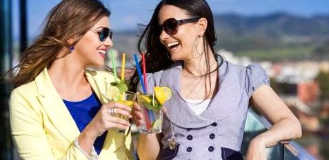 Zwei Frauen trinken Caipirinha
