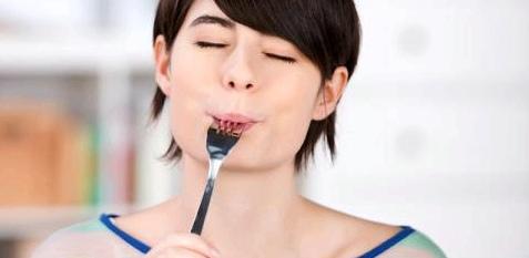Eine Frau genießt ihr Essen