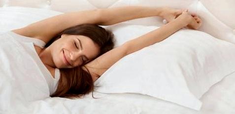 Frau hält Schönheitsschlaf