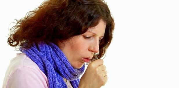 Frau mit Bronchitis leidet unter Reizhusten