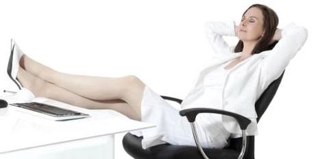 Vorbeugung gegen Krampfadern: Bei langem Sitzen oder Stehen immer wieder kurz die Beine hochlegen