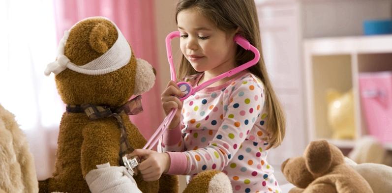 Mädchen untersucht Teddybär
