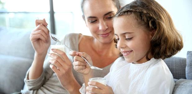 Joghurt unterstützt die Darmflora, wenn Kinder durch Antibiotika Durchfall bekommen haben