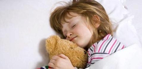 Mädchen leidet unter Bettnässen