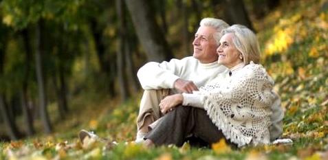 Paar sitzt im Gras