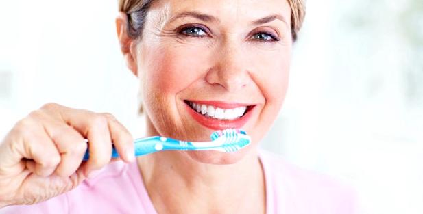 Eine Frau putzt sich die Zähne