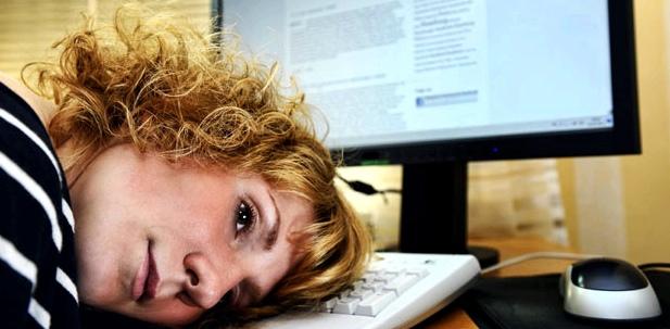 Burn-out: überarbeitete Frau im Büro