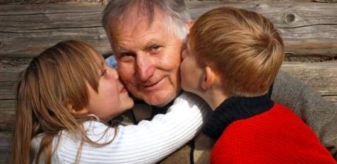Opa mit Kindern nach Darmkrebs-Heilung