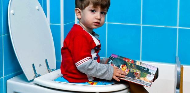 Kind hat Verstopfung aus Angst vor Toilette