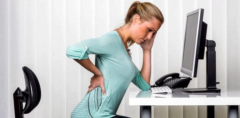 Frau mit Kopf- und Rückenschmerzen