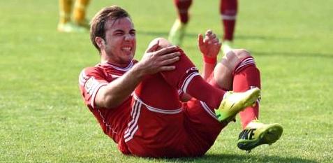 Mario Götze liegt verletzt auf dem Rasen