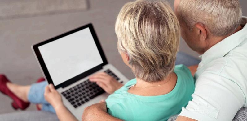 Älteres Paar mit Laptop Versandapotheke