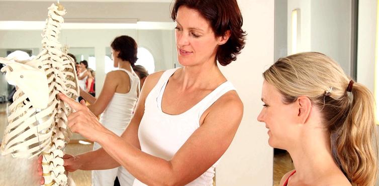 Muskelentspannende Medikamente und Krankengymnastik können bei Taubheitsgefühlen helfen