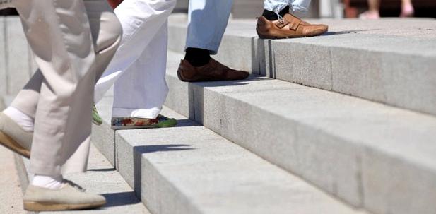 Senioren steigen eine Treppe hoch