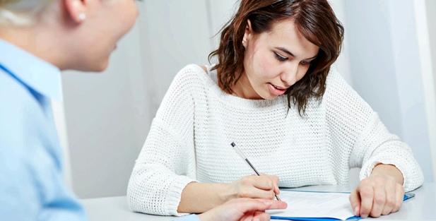 Eine Frau füllt einen Fragebogen aus