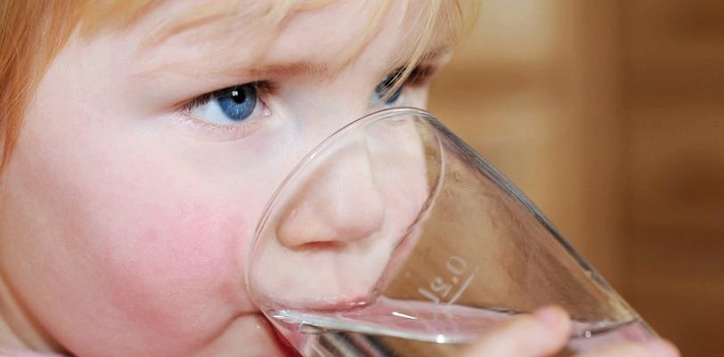 Wenn Ihr Kind starken Durst hat, kann dies ein Anzeichen für Diabetes sein
