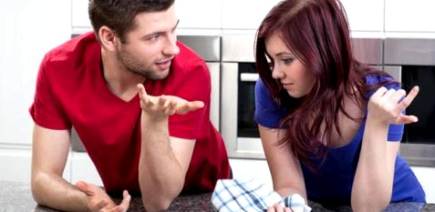 Ein Pärchen unterhält sich in der Küche