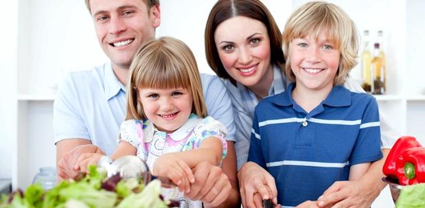 Eine Familie sitzt zusammen am Tisch