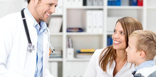 Eine Mutter ist mit ihrem Sohn beim Arzt