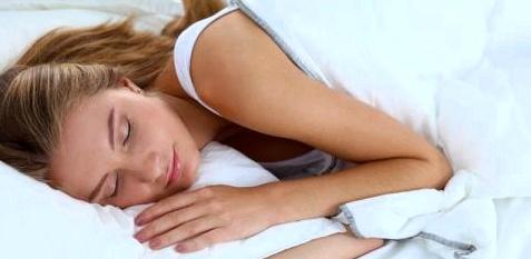 Frau schläft in Seitenlage