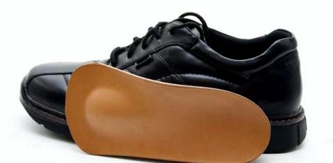 Bei Hüftarthrose sollten Sie Einlagen in den Schuhen tragen
