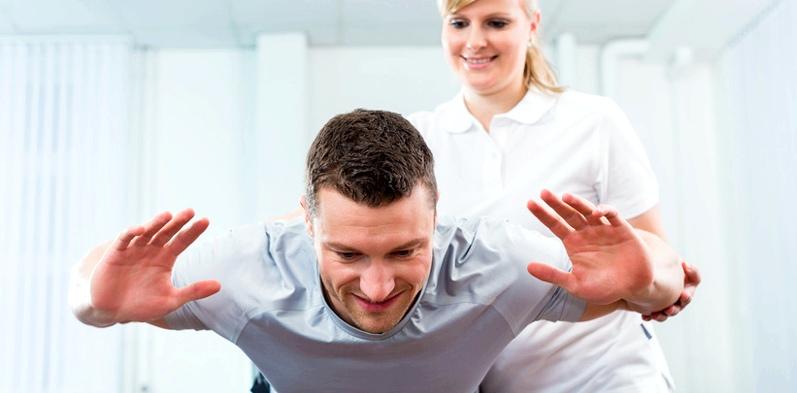 Mann beim Pysiotherapeuten