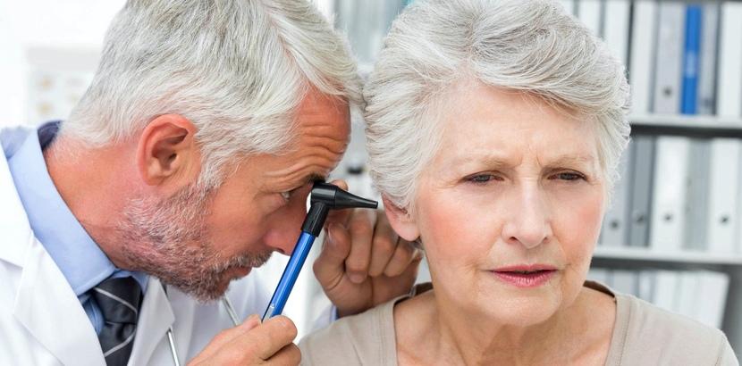 Arzt untersucht Ohr