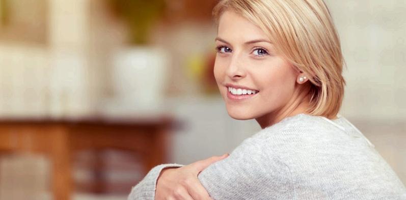 Blonde Frau ohne Verdauungsbeschwerden