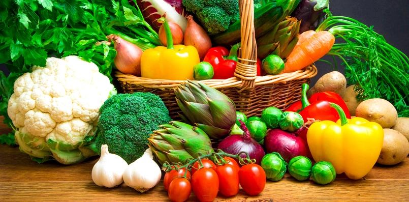 Korb mit viel Gemüse und Obst