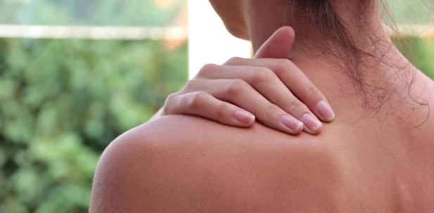 Eine Frau massiert ihren Nacken