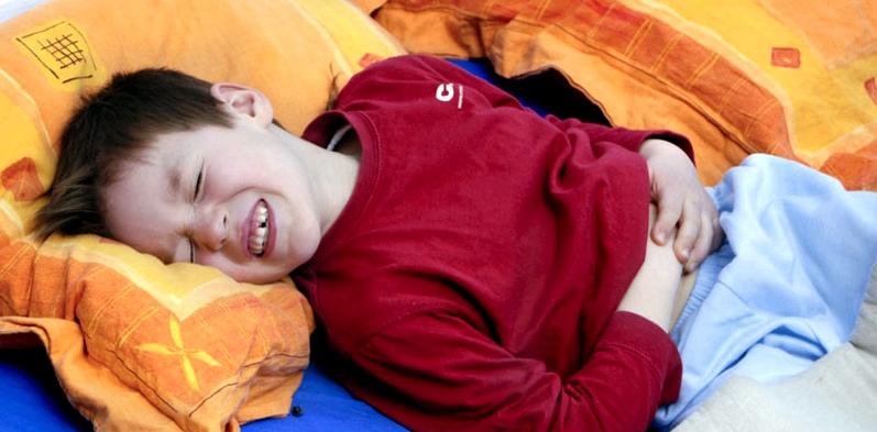 Junge mit Bauchschmerzen