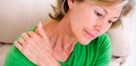Von einer Schultersteife sind am häufigsten Frauen ab 50 betroffen