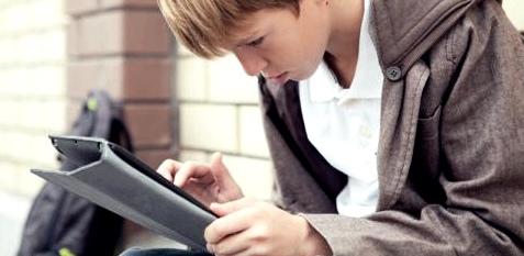 Ein Junge mit Computer