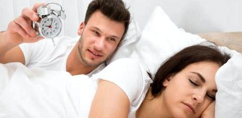 Ein Paar liegt im Bett