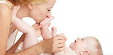 Mutter mit Baby beim Wickeln