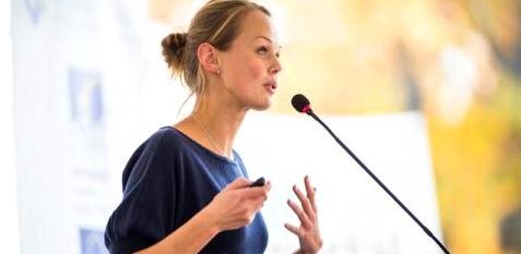 Eine Frau hält einen Vortrag