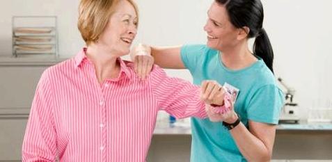 Frau bei manueller Therapie