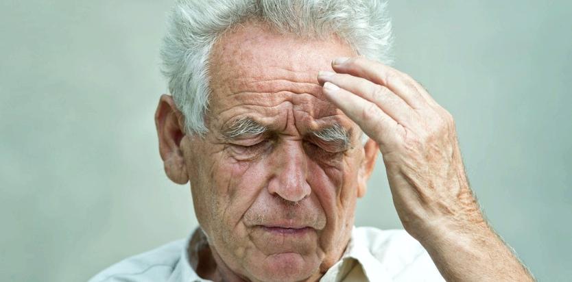 Sehr starke und plötzliche Kopfschmerzen können ein erstes Hirnblutungs-Symptom sein
