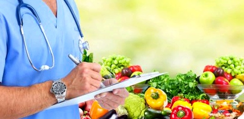 Ein Arzt verschreibt Obst und Gemüse