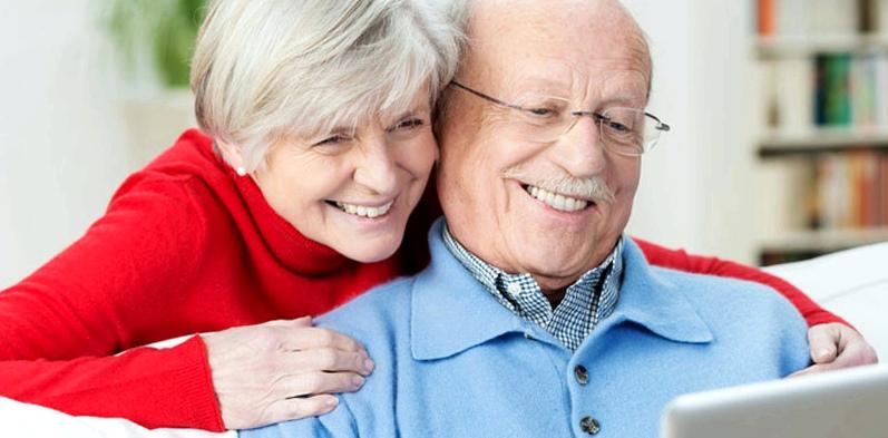 Senioren Paar mit Laptop auf Sofa