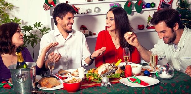 Zwei Pärchen beim gemeinsamen Weihnachtsessen