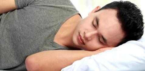 Mann schläft auf Kissen