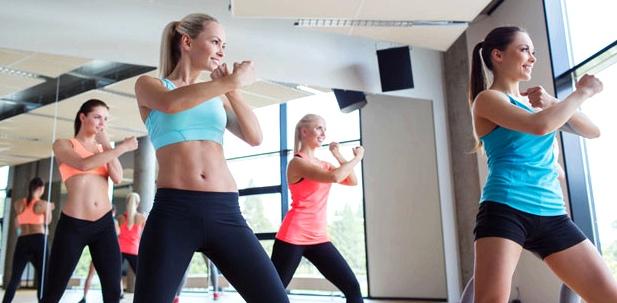 Gymanstik, spazieren gehen und Yoga lindern Krämpfe während der Periode
