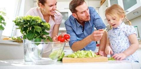 Eine Familie macht Salat