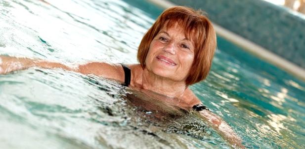 Eine Frau schwimmt