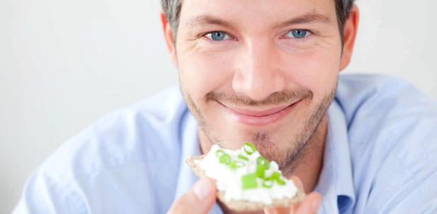 Ein Mann isst Knäckebrot