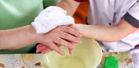 Um bei einem Blauen Fleck die Blutung unter der Haut zu verringern, hilft ein kalter Waschlappen