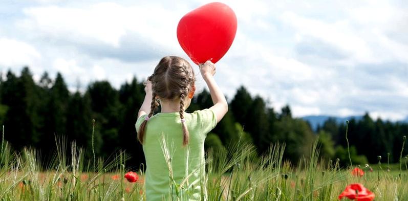 Kind mit Luftballon