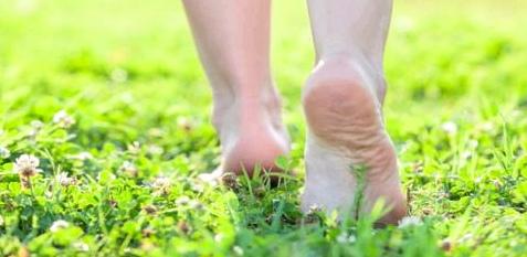 Barfuß laufen entspannt den Fuß